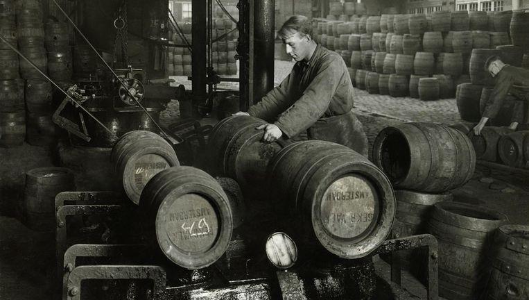 <p>Archieffoto van bierbrouwerij De Gekroonde Valk in Amsterdam. De vaten werden machinaal gesloten met een peklaagje. Uit het boek &#39;Geloof in de Brouwerij&#39;.</p>