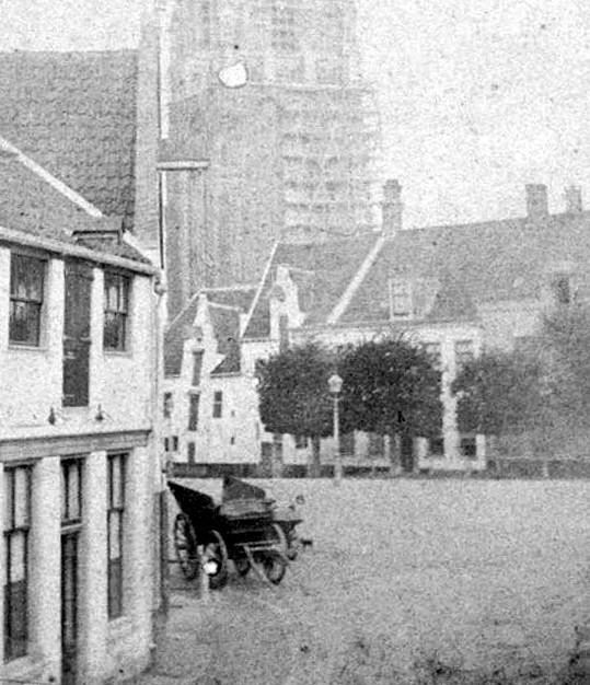 <p>Rechts Varkensmarkt 17 Links Utrechtsestraat 1 1864. De hijsinstallatie op het linkerhuis is hier nog niet verwijderd.</p>