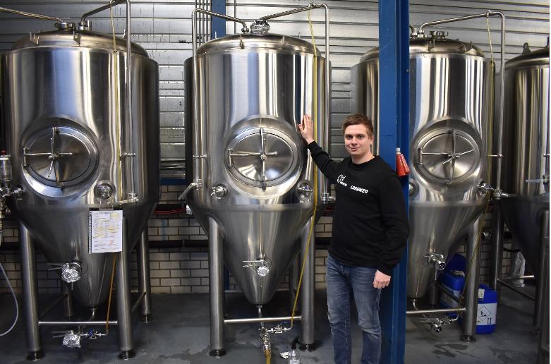 <p>Lorenzo voor de 3 tanks met de bieren van LOST (aangeleverde foto).</p>