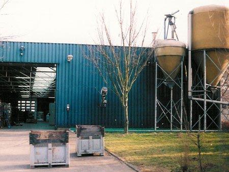 <p>Achterzijde van de brouwerij in Roermond met twee moutsilo&#39;s</p>