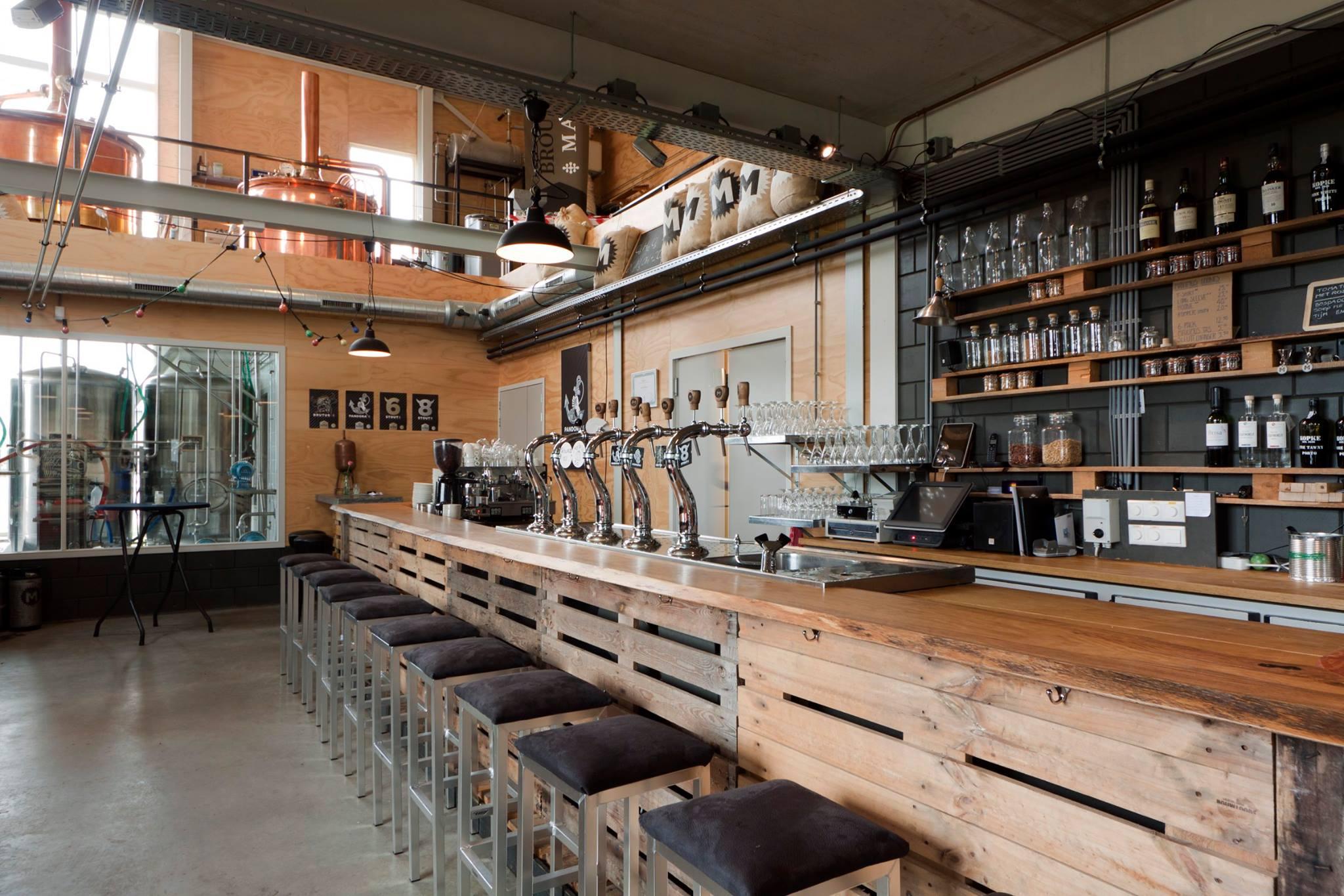 <p>Proeflokaal met brouwerij</p>