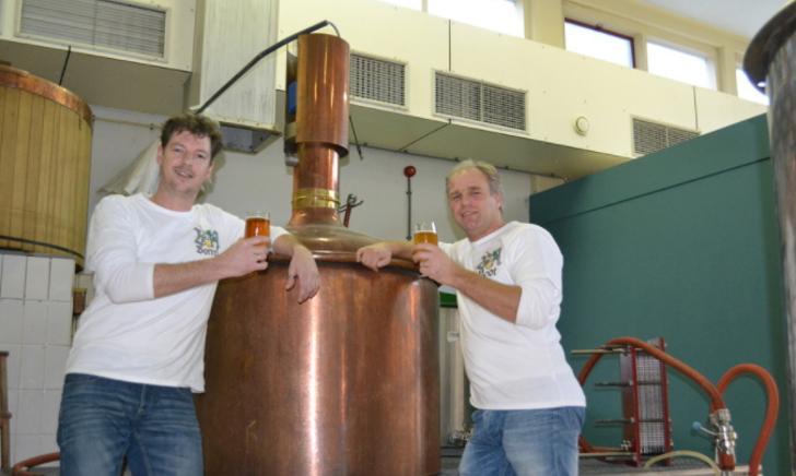 """<p>Kenneth en Rocco bij de&nbsp;<a href=""""databank/brouwerij?brouwerij_id=1027"""" target=""""_blank"""" rel=""""noopener"""">Veluwse Heidebrouwerij</a></p>"""