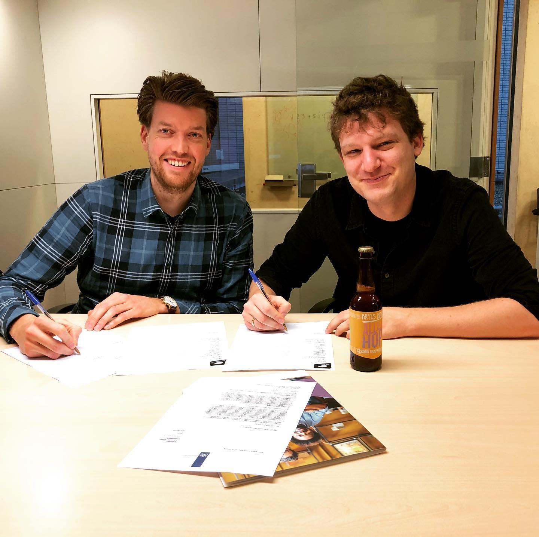 <p>Sebastiaan en Aart schrijven zich in bij de KvK</p>
