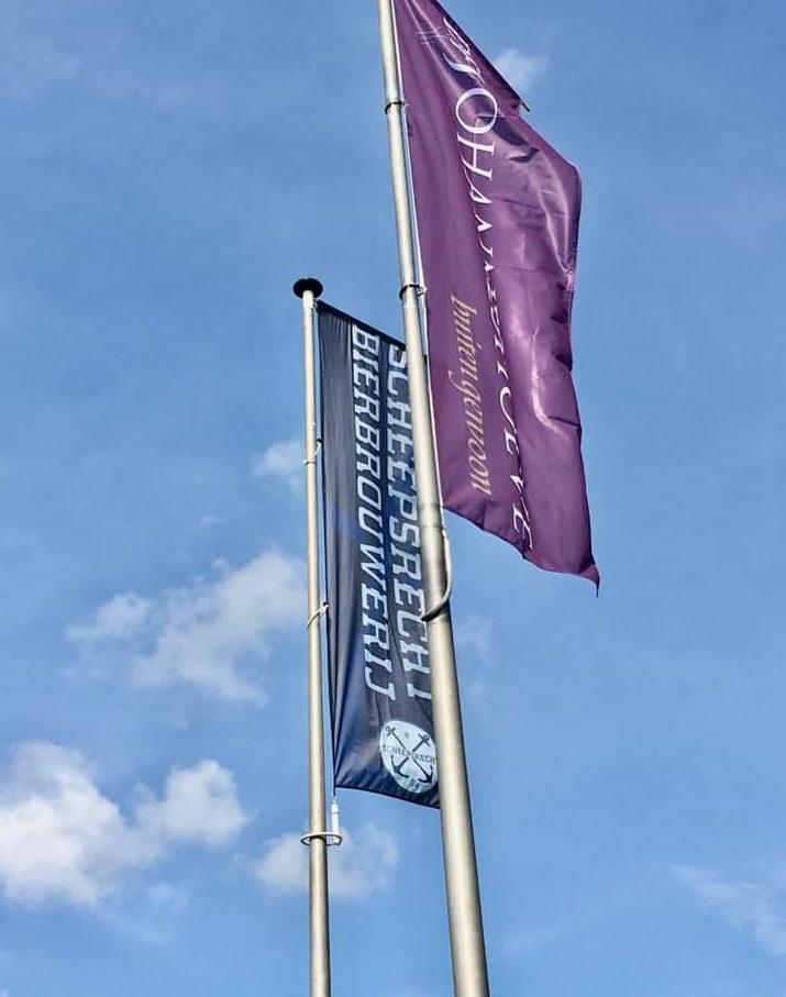 <p>vlaggenstokken</p>