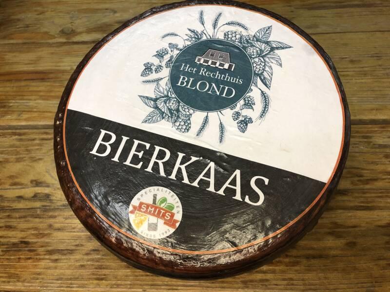 <p>Het Rechthuis Blond Bierkaas, pittige kaas met een zachte structuur</p>